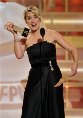 82561_kate-winslet-smiles-as-she-accepts-a-golden-globe-for-the-reader